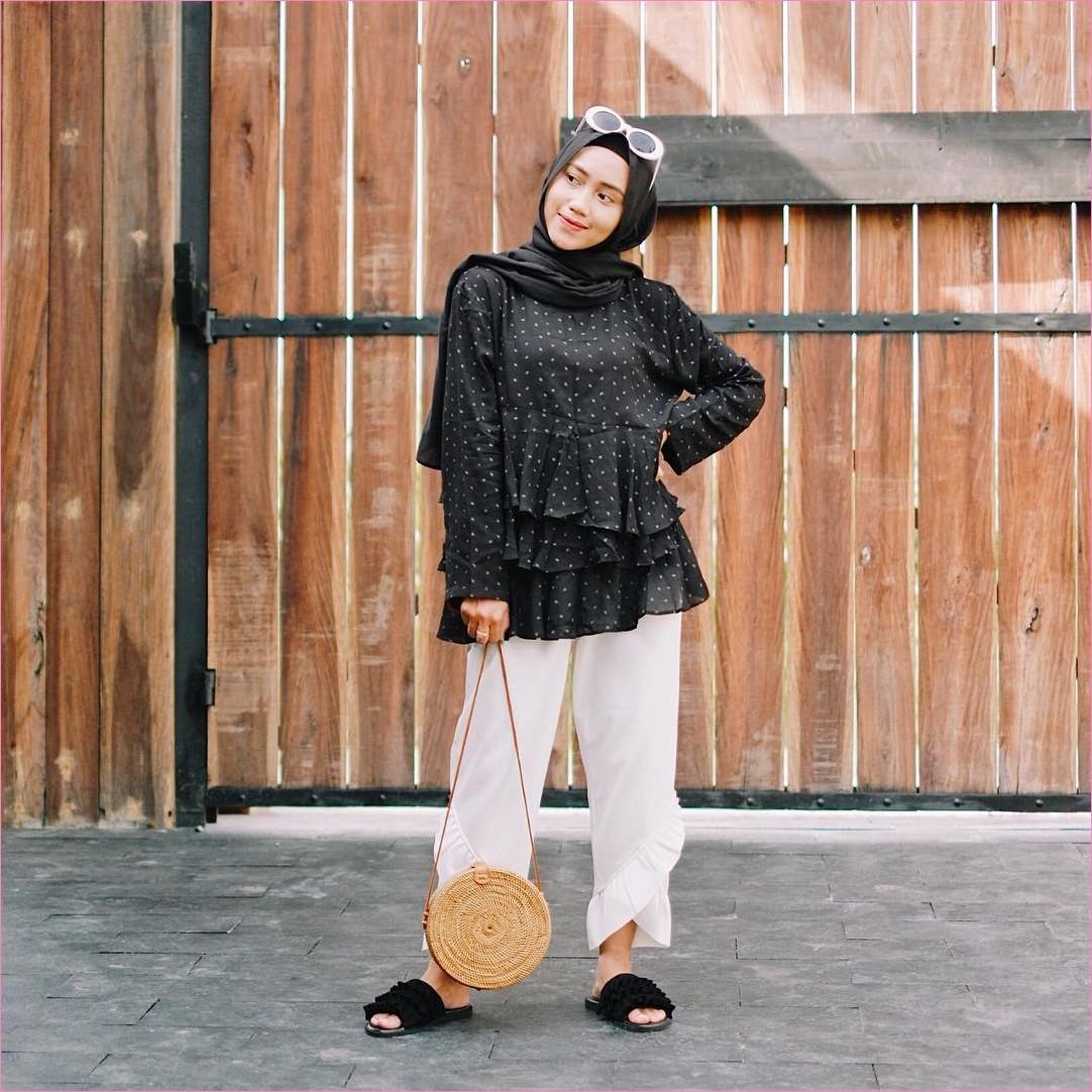=Outfit Baju Top  Blouse Untuk Hijabers Ala Selebgram 2018 peplum blouse hitam polkadot hijab pashmina diamond ciput rajut pallazo celana cullotes loafers and slip ons slingabags rotan kacamata ootd trendy pagar kayu