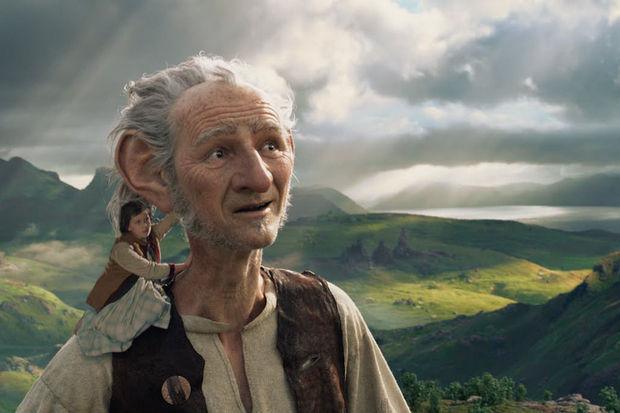Sophie (Ruby Barnhill) et le Bon Gros Géant (Mark Rylance) dans BGG, réalisé par Steven Spielberg (2016)