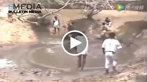 Mereka Sedang Bersihkan Kolam Kat Belakang Rumah, Tiba-tiba Dalam Air Muncul Makhluk Yang Sangat NGERI dan Menakutkan!!