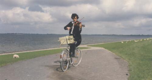 Chơi violin khi đang đi xe đạp