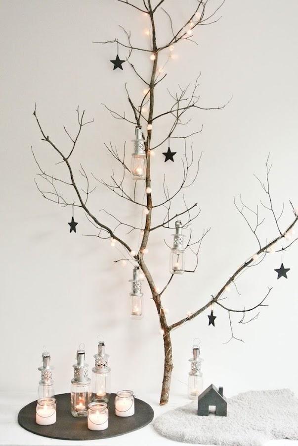 11 árboles de navidad con hojas secas