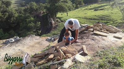 Bizzarri, da Bizzarri Pedras, junto com o neto Theo, trabalhando , escolhendo pedra tipo casca de pedra, chapinha de pedra para fazer a escada com os degraus com as pisadas com pedra Carranca tipo cacão e os espelhos da escada com essa chapinha de pedra.
