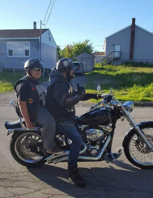 Decenas de motociclistas acompañan a un chico a su escuela
