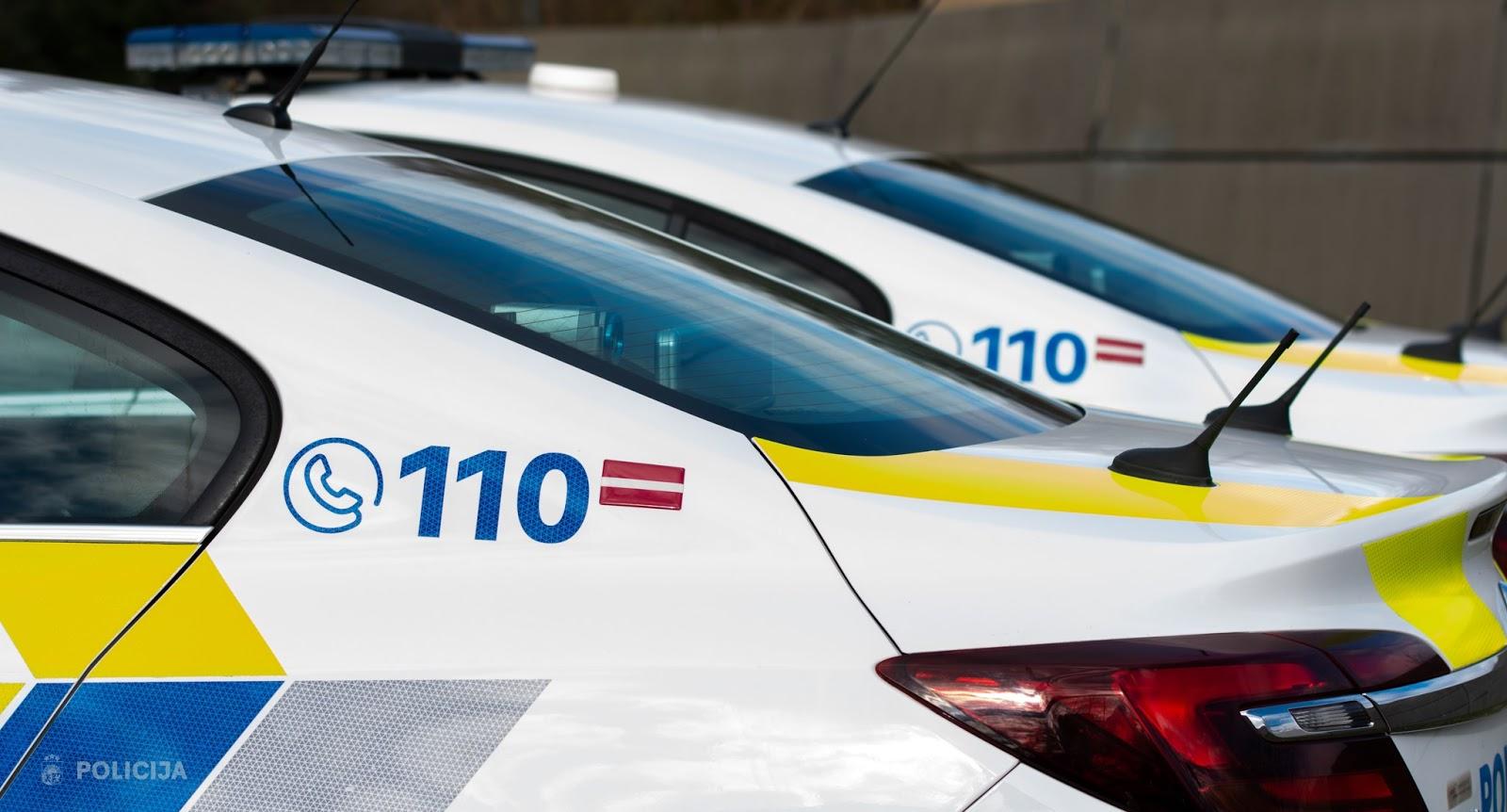 Policijas dienesta auto bagāžnieki ar jauno krāsojumu