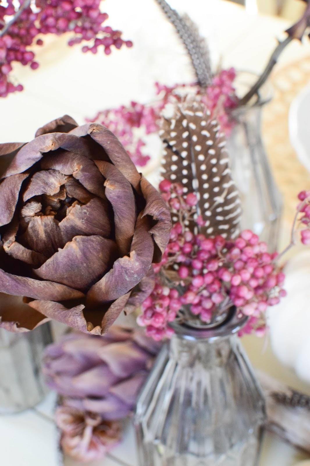 Tischdeko für den Herbst mit Kürbis, Artischocken und Pfefferbeeren. Kreativ, frisch und schön! Kürbisdeko Herbstliche Deko, Herbstdeko Esszimmer Tisch Dekoration