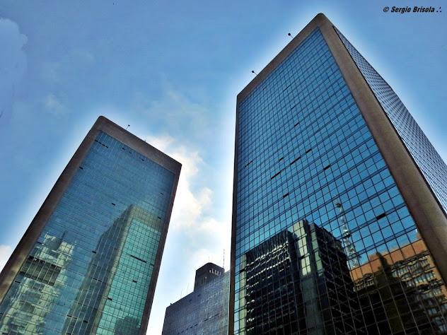 Perspectiva inferior das torres do Condomínio Cetenco Plaza na Avenida Paulista