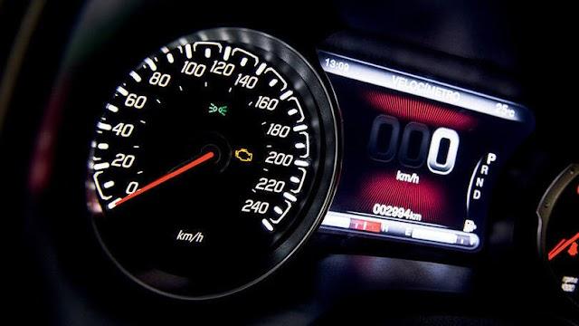Por que velocímetro mostra velocidades que carro não atinge?