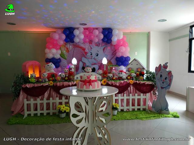 Decoração festa infantil Gata Marie em mesa decorada tradicional forrada com toalhas de tecido em cetim