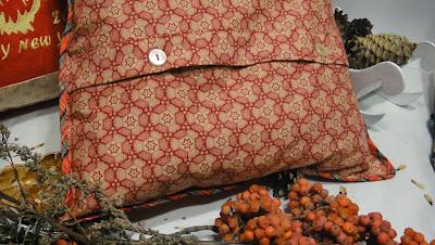 Декоративная подушка: сама подушка и наволочка, застежка на пуговицы