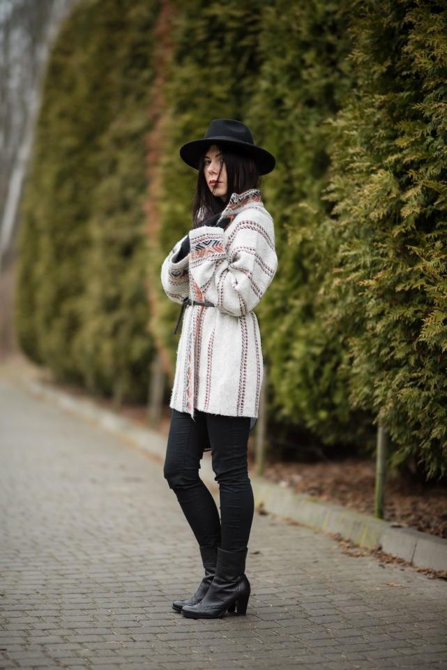 Wełniany płaszcz w etniczny wzór blog o modzie skórzane botki na słupku stylizacja boho z kapeluszem blogerka