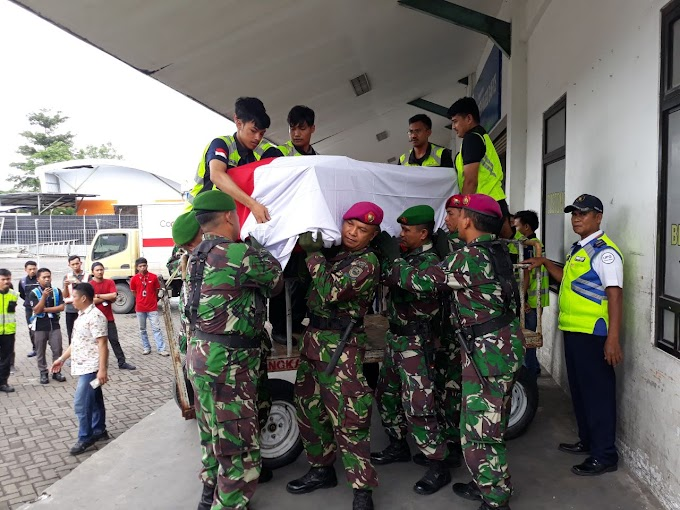 Marinir Lantamal VI Sambut Jenazah Anggota Kopassus Yang Gugur Tertembak Oleh KKB Papua
