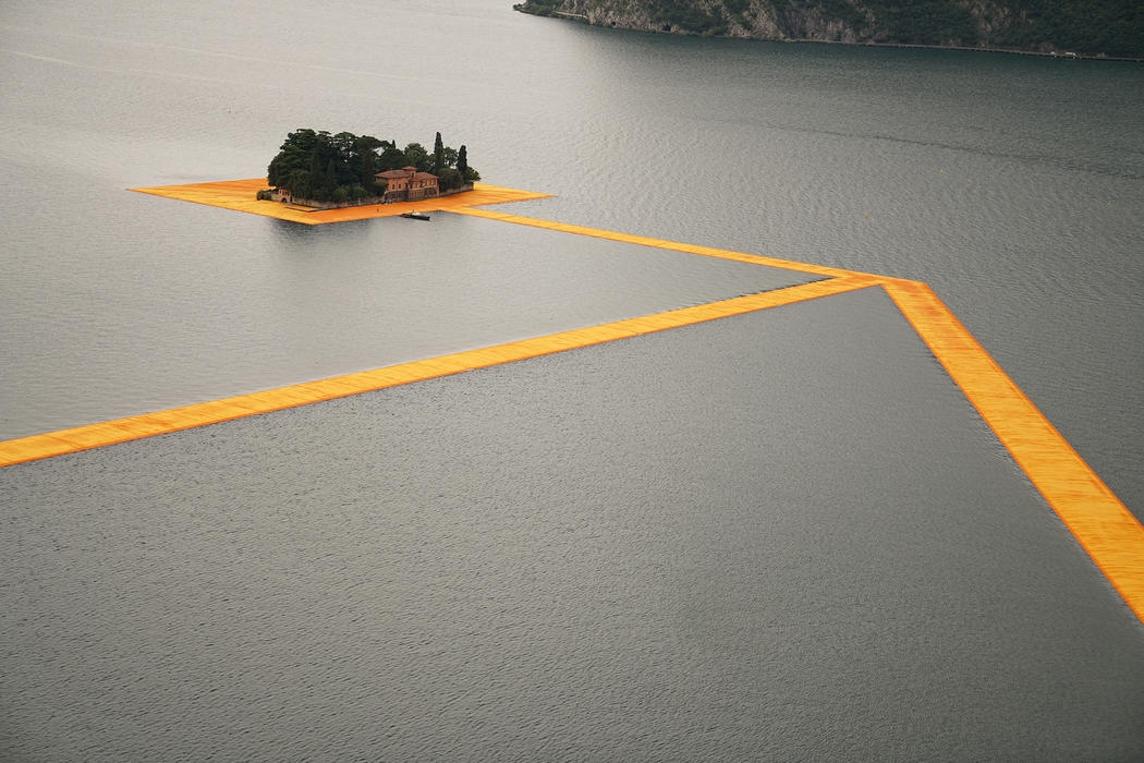20-Christo-and-Jeanne-Claude-The-Floating-Piers-Walkways-on-Lake-Iseo-Italy-www-designstack-co