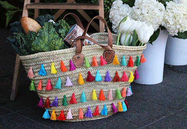 capazo decorado con madejas de hilo