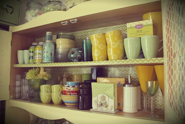 astiakaappi, lahjapaperi, mukit, astiat, lasit, kulhot