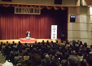 三遊亭楽春健康講演会「健康づくり講演会 落語で笑って健康増進」の風景。