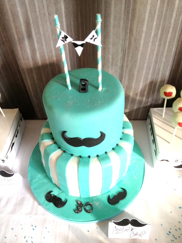 gateau d'anniversaire 2 etage turquoise avec moustache
