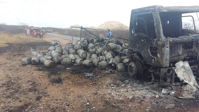 Caminhão carregado de botijões de gás pega fogo e RN-117 fica interditada por três horas