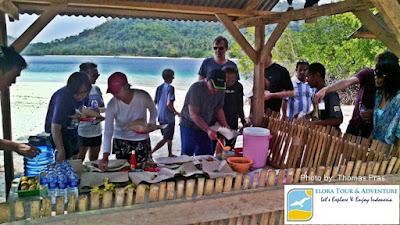Wisatawan Mancanegara makan siang di pahawang