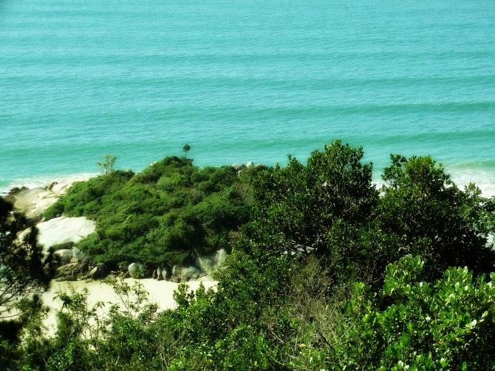 Bombinhas - A Ilhota separa a Praia da Conceição da Praia do Canto Grande do Mar de Fora.