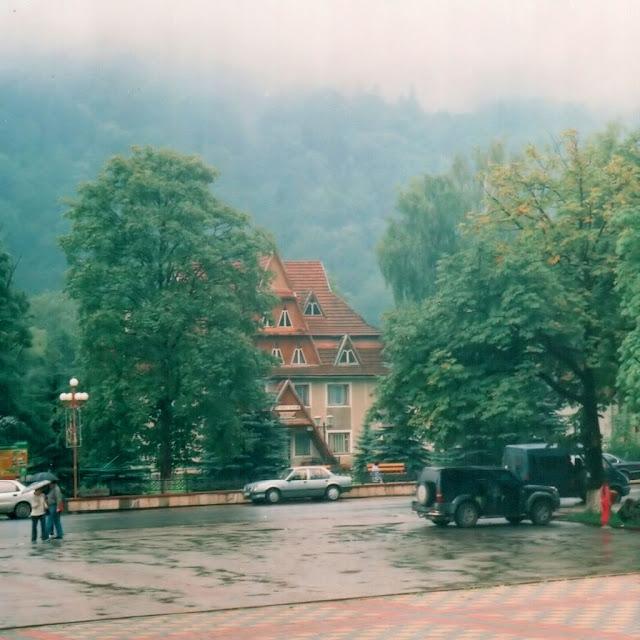 Дождливая Яремча возле железнодорожного вокзала