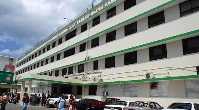 En las diferentes salas del hospital Robert Reid Cabral había ayer 16 pacientes ingresados con dengue con signos de alarma y graves, aseguró La doctora Nereyda Solano, directora del centro de salud estatal.