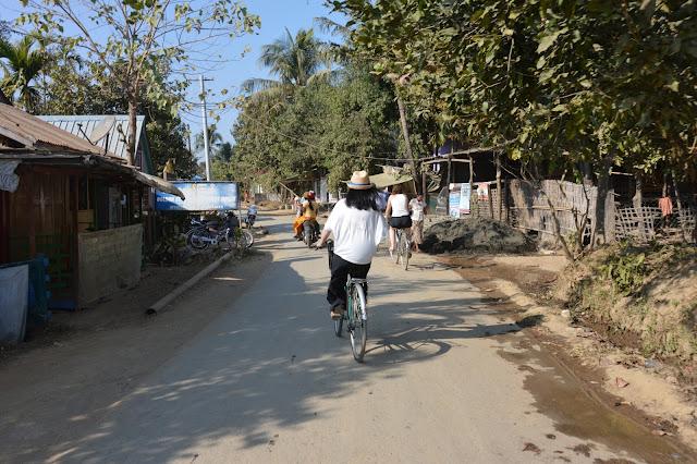 A bicylette à Mrauk-U !