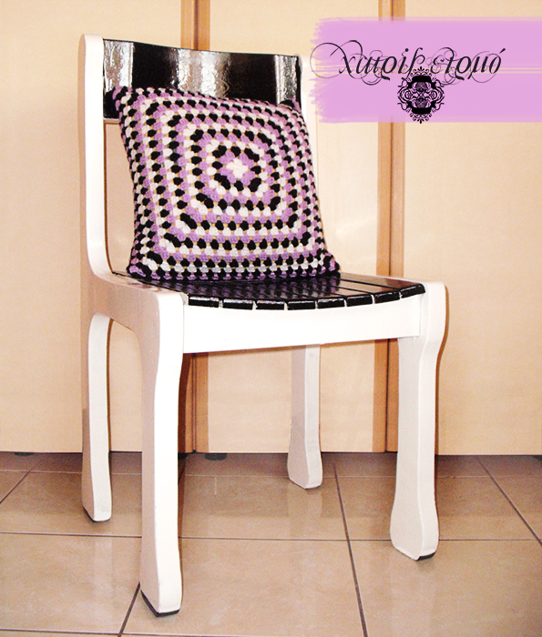 Βαμμένη παλιά ξύλινη καρέκλα και μαξιλαράκι πλεκτό με βελονάκι