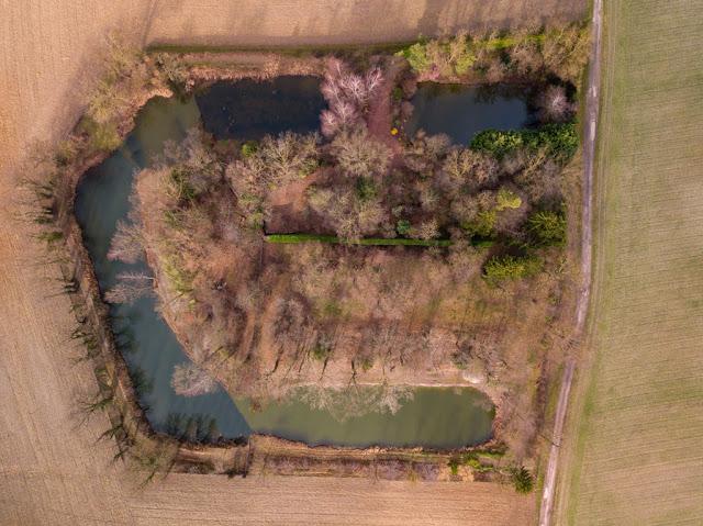 Ouvrage de Rothgern - Sur ce cliché, outre le respect d'un domaine privé, les aménagements récents ont été masqués… La forme générale de l'ouvrage à la fin du 19e est ainsi restituée.