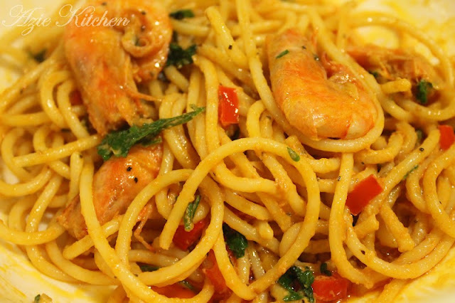 Spaghetti With Prawns & Garlic Sauce