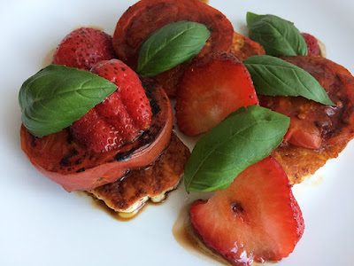 Grillowany ser z pomidorami i truskawkami