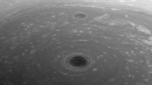 NASA difunde foto de la 'cima del mundo' de Saturno