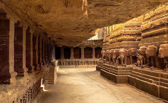 www.xvlor.com Ellora Caves is Buddhist, Hindu and Jain complex stretching on 2 km cliff