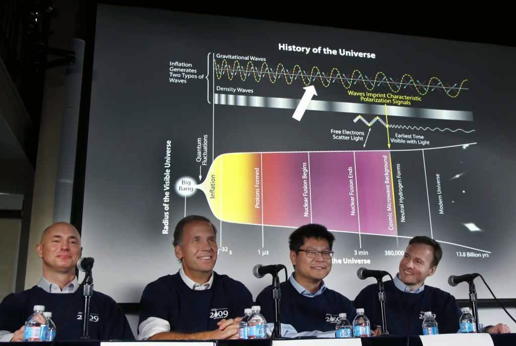 Clem Pryke, Jamie Bock, Chao-Lin Kuo e John Kovacem conferência de imprensa  no Harvard-Smithsonian Center for Astrophysics in Cambridge, Massachussets