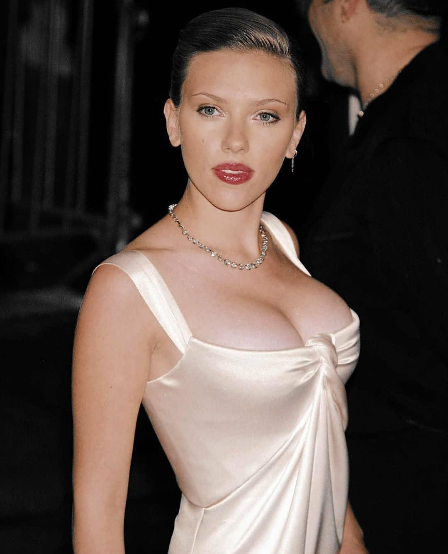 Scarlett Johansson Sexy Cleavage show