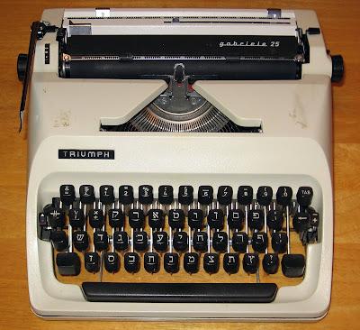 máquina de escribir blanca con teclas negras, portátil años 70, caracteres hebreos