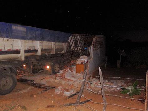 Brumado: Carreta invade casa nos Pebas