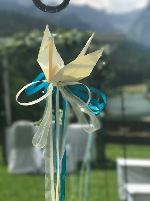 Origami-Kranich, Hochzeitsmotto Flug der Kraniche, 1000 Origami-Kraniche zur Hochzeit, heiraten im Riessersee Hotel Garmisch-Partenkirchen, Bayern, Hochzeitsplanerin Uschi Glas, petrol und weiß