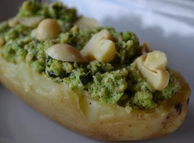 Batata Assada com Pesto de Brócolis e Champignon (vegana)