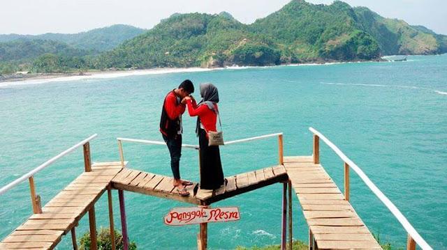 foto pasangan romantis di pantai