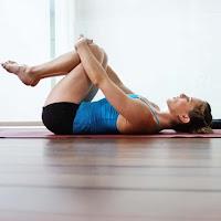 practicar actividades cotidianas con suavidad para reducir la presión. Si en los peores momentos de la crisis, a veces es imposible moverse, en cuanto que el dolor comienza a calmarse, adoptar determinadas posturas de yoga alivia la ciática.