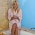 Η Φαίη Σκορδά φορά το μπουρνούζι της στη μπανιέρα και δίνει συμβουλές για τέλειο μαύρισμα (video)