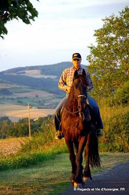 Cavalier à cheval en Auvergne