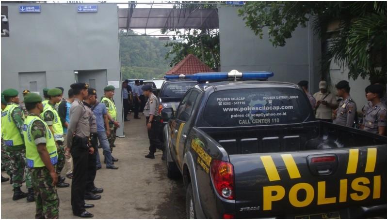 Sejumlah mobil polisi masuk ke Nusakambangan