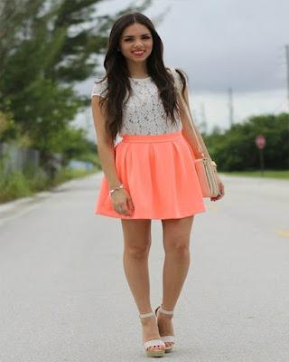 minifalda naranja con tacones