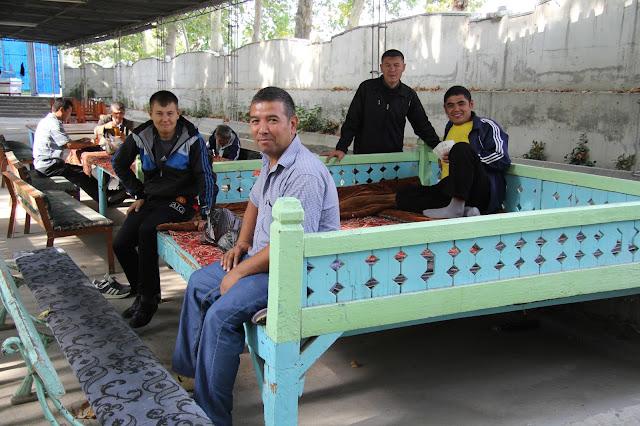 Ouzbékistan, Ferghana, rue Parta Zavod, chaïkhana, tapchane, tapshan, © L. Gigout, 2012