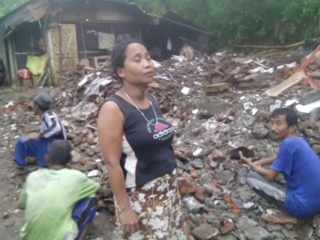 Suyati istri Hasan pasrah menerima rumahnya rata akibat gempa
