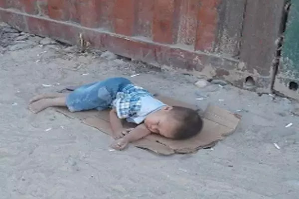 HEARTBREAKING: A Child was Discovered Sleeping on a Piece of Cardboard in Kyrgyzstan.