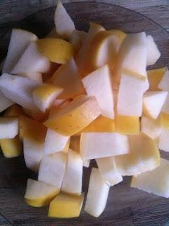 Granola z jogurtem i pieczonym jabłkiem z cynamonem.