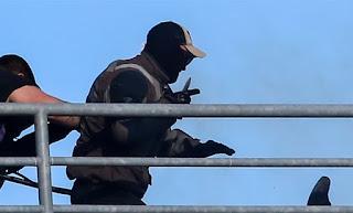 Εικόνες που σοκάρουν-Καρέ καρέ το μαχαίρωμα του οπαδού της ΑΕΚ