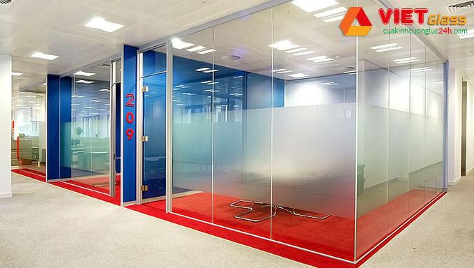 Vách kính cường lực showroom có độ bền cao cùng khả năng chịu lực tốt
